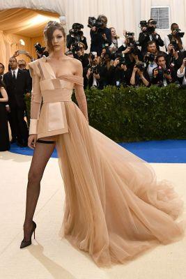 Gigi Hadid opted for an asymmetrical Tommy Hilfiger dress